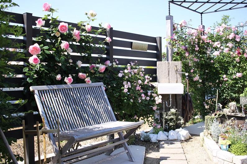 庭を遊ぶ、植物と雑貨の物語。ガーデンシェッドのあるお庭。
