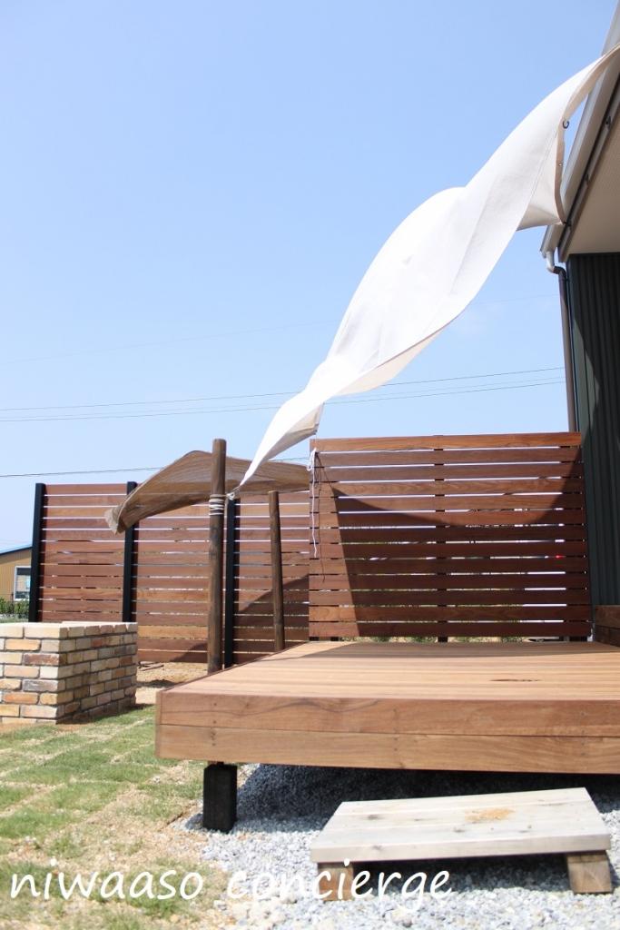天然木のデッキと板塀