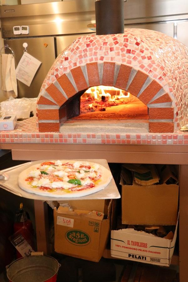 ピザ窯入れ