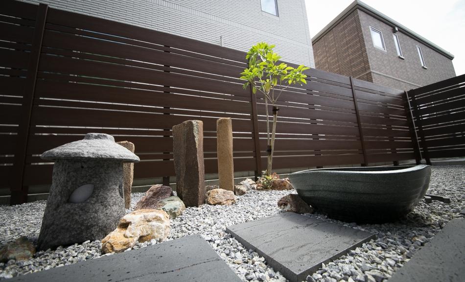 フォーカルポイントに和テイストの坪庭風の空間を取り入れたプラン