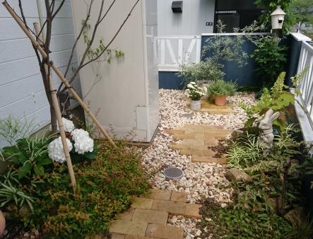 庭あそ雑貨を取り入れたアプローチを楽しむエクステリア