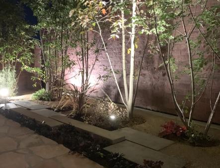 石張りの道とエイジング塗装の壁が上品さを生む、プライベートなお庭空間