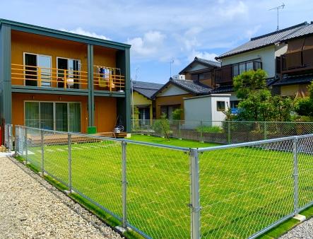 PCフェンス×芝生のテッパンの組み合わせ!小さなお子様を安心して遊ばせられるお庭